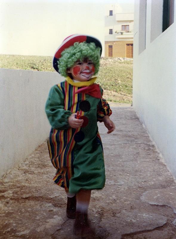 Niño disfrazado de payasito