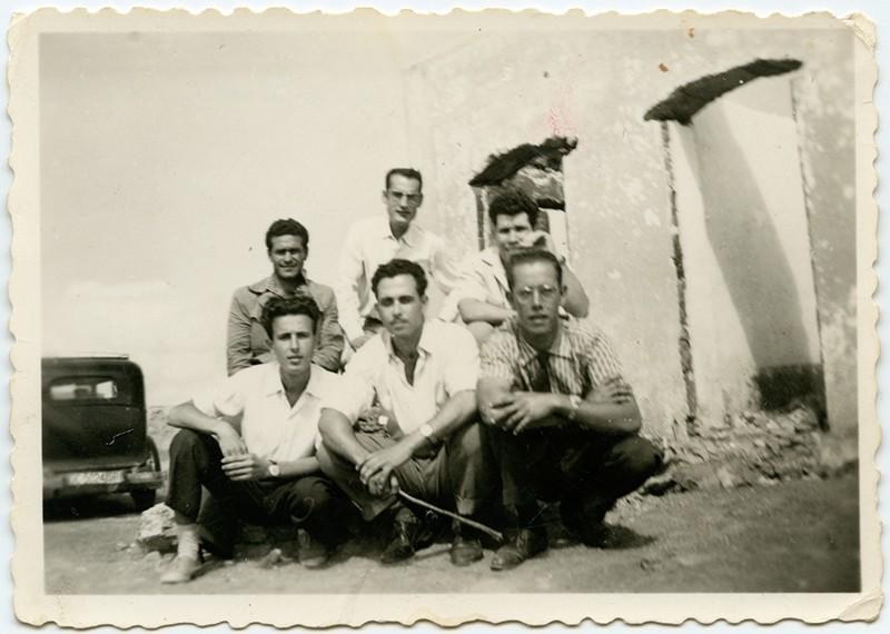 """Grupo de amigos junto a """"La batería del río"""""""