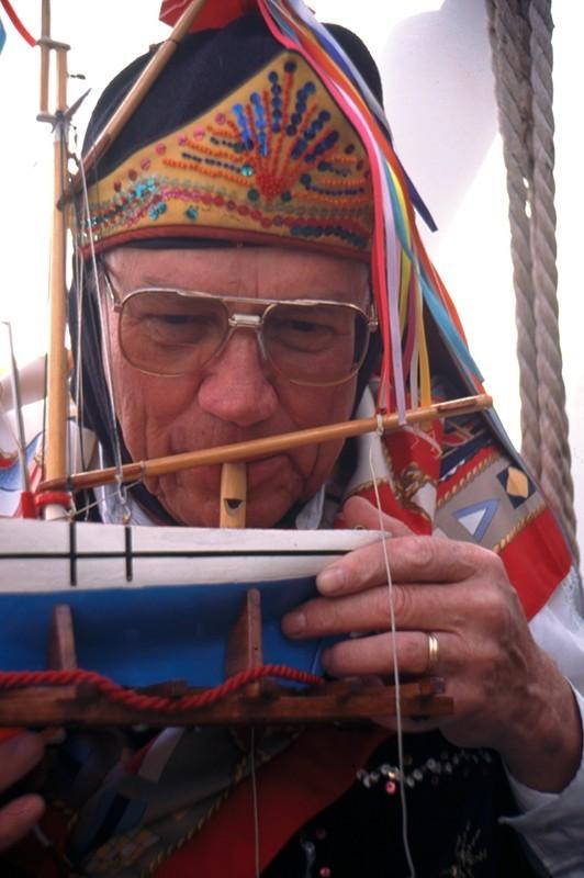"""Componente de la Parranda Los Buches, tocando el """"pito de agua"""""""