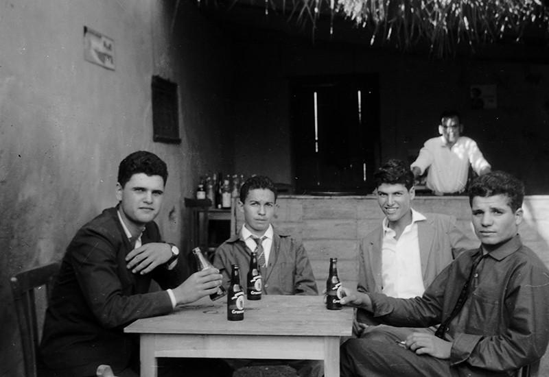 Jóvenes en el bar 'El Canuto'