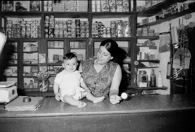 Madre e hijo en la tienda