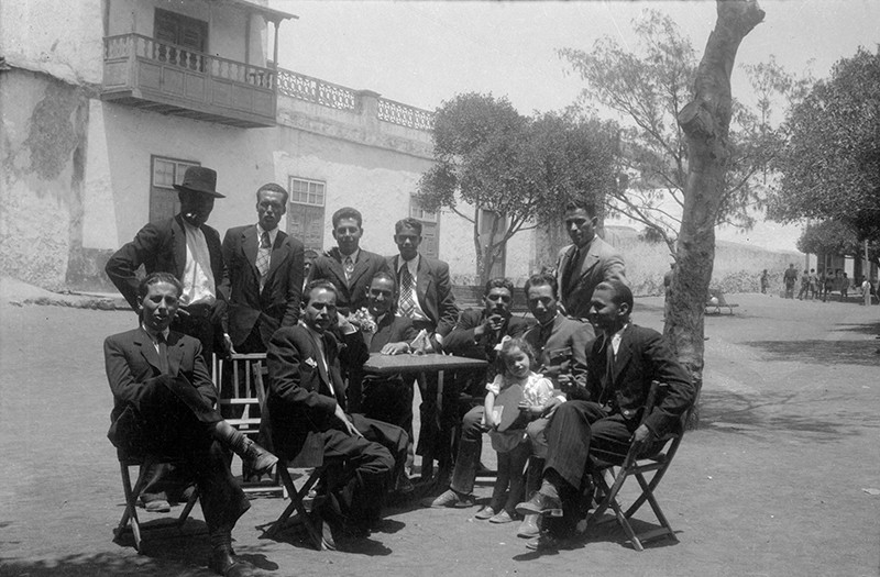 Reunión en la plaza de Haría
