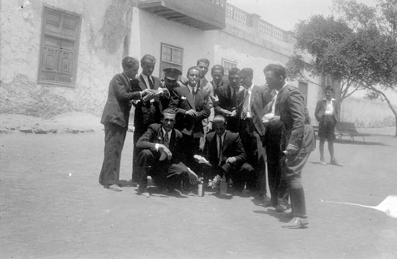 Jóvenes amigos en la plaza de Haría