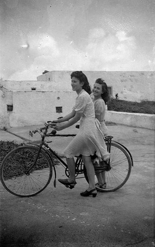 Muchachas en bicicleta I