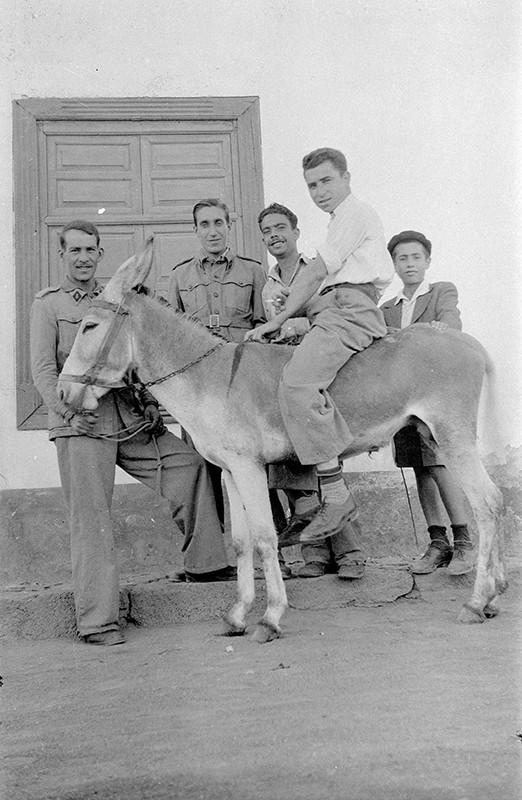 Joven en burro