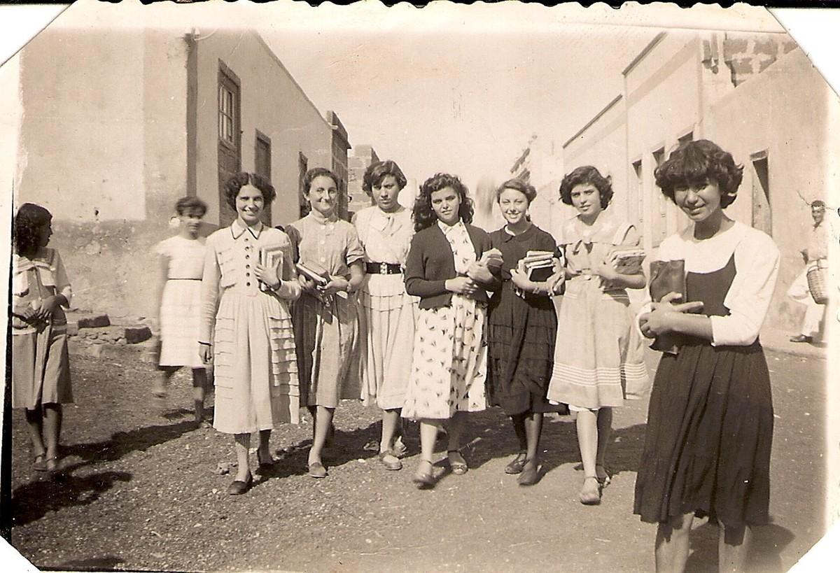 Alumnas en la calle del instituto de Arrecife