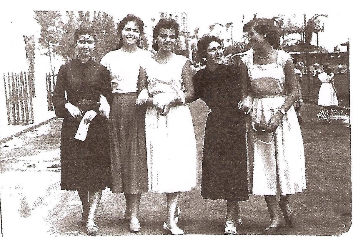 Chicas en la avenida marítima