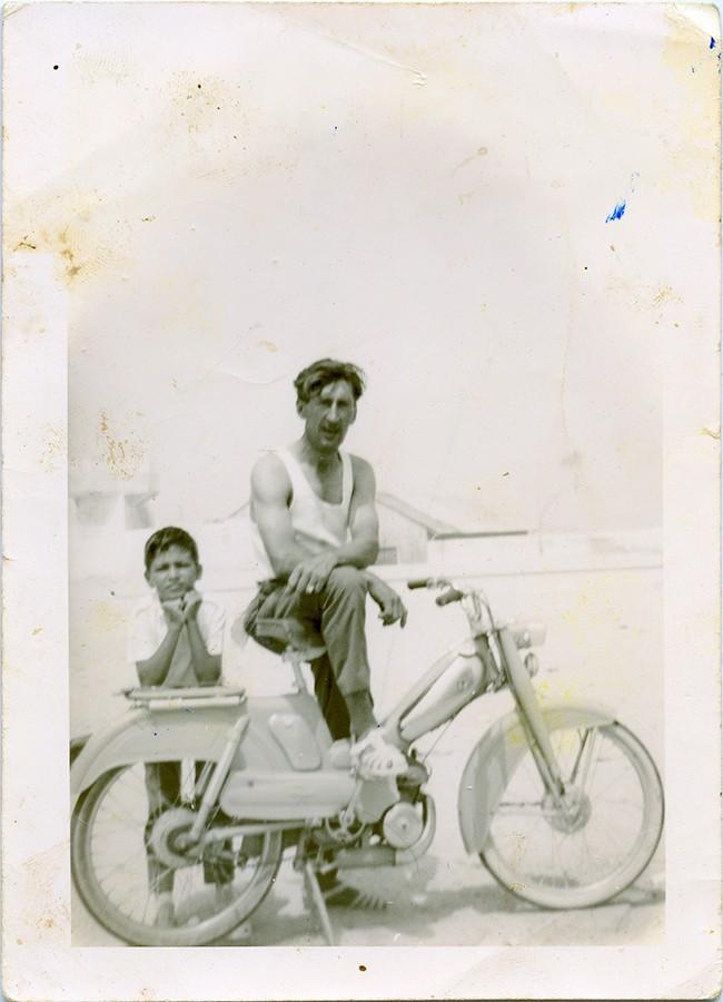 Manuel Betancort con su moto
