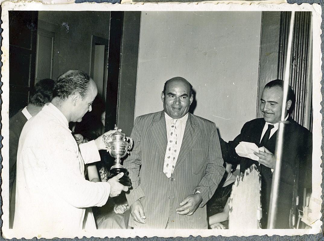 Recibiendo un trofeo