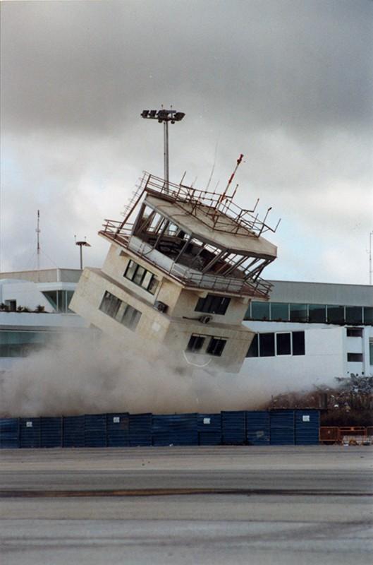 Demolición torre de control