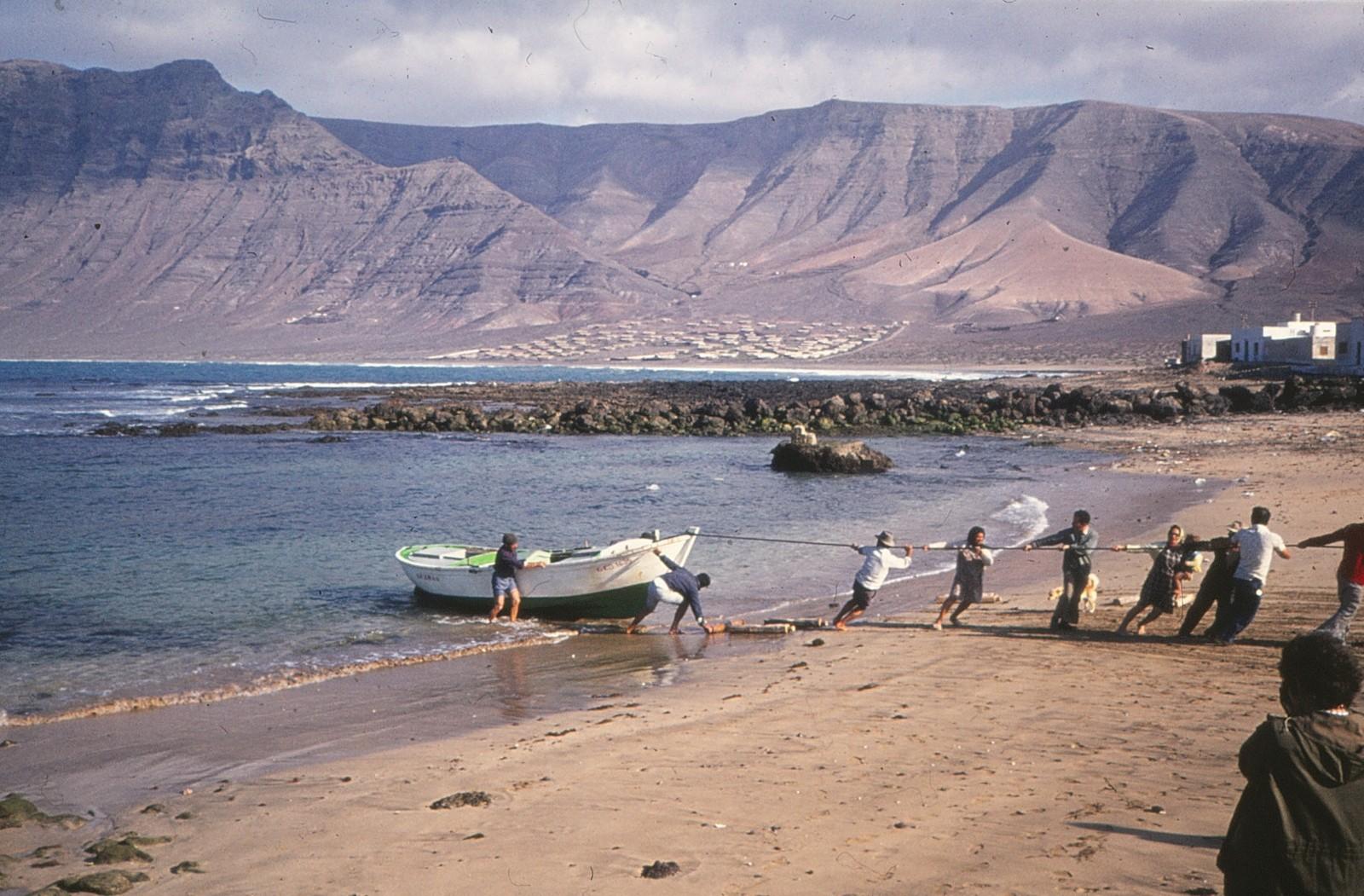 Varando barcos en La Caleta III