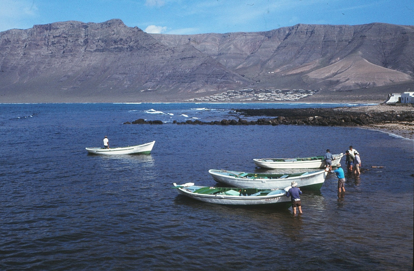Varando barcos en La Caleta VI