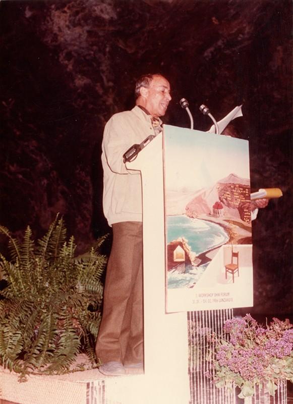 César Manrique leyendo el manifesto «Lanzarote se está muriendo» II