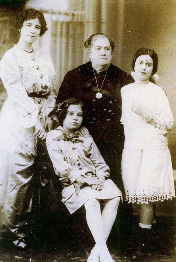 Eugenia Cabrera Rocha y sus nietas