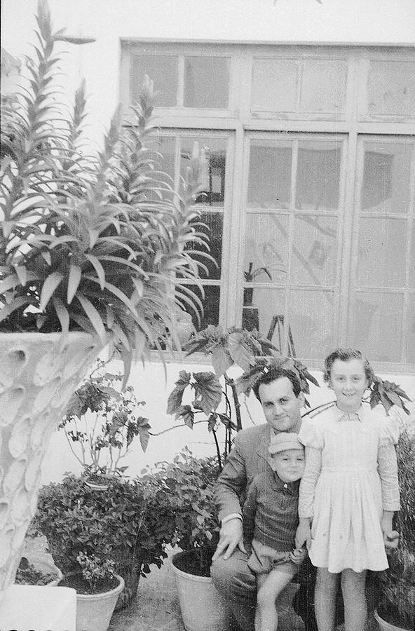 Retrato de Javier Reyes con sus hijos