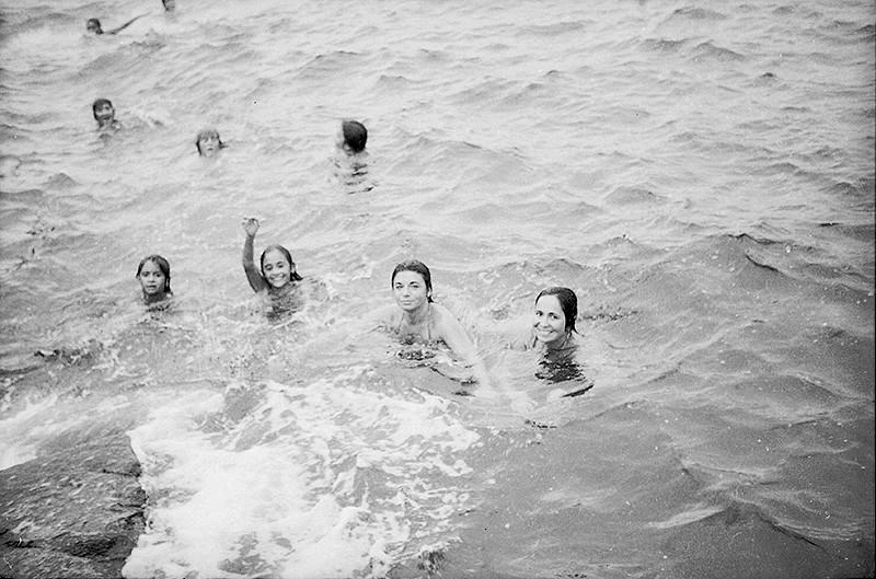 Jóvenes bañándose