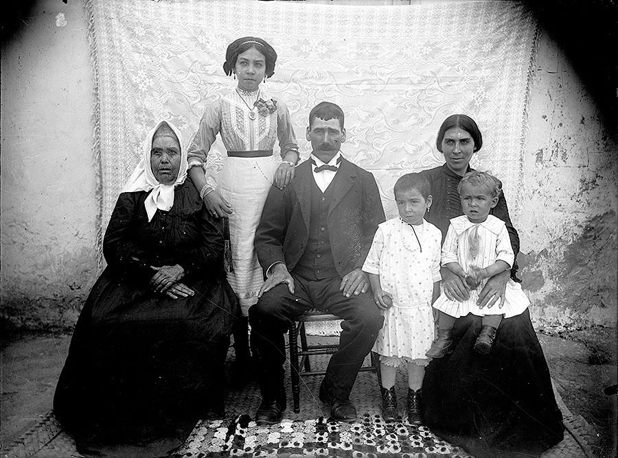 Familia con colchas