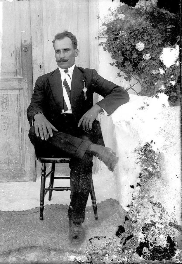 Hombre con retrato