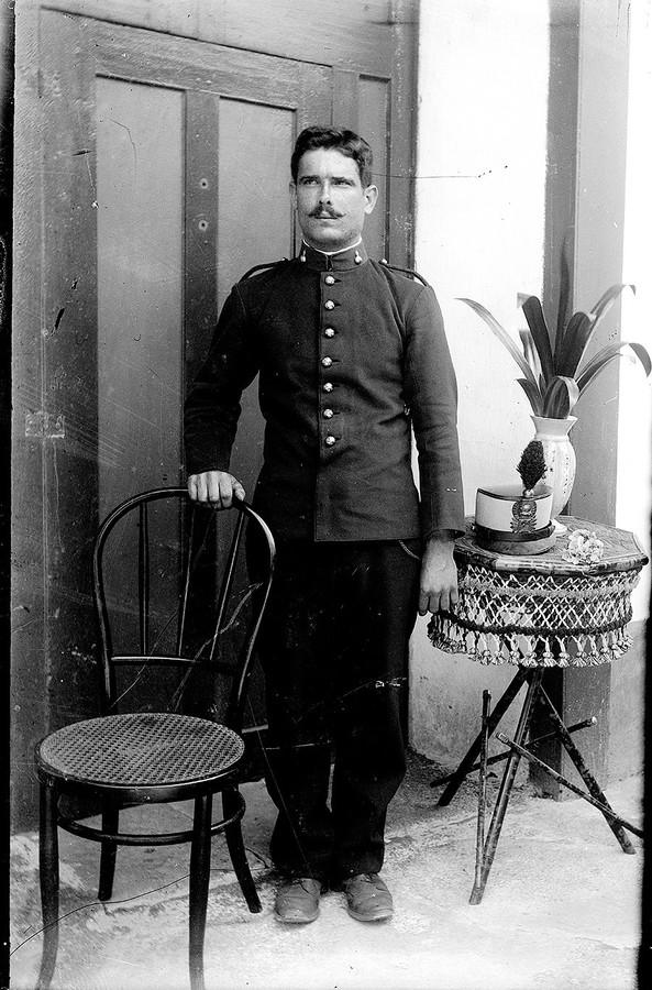 Hombre con uniforme I