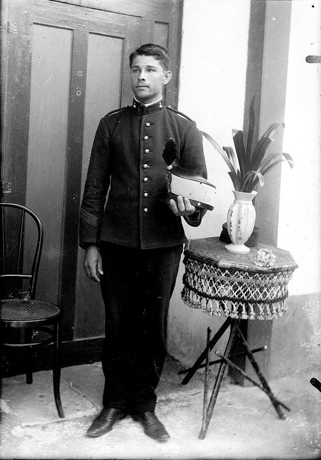 Hombre con uniforme II