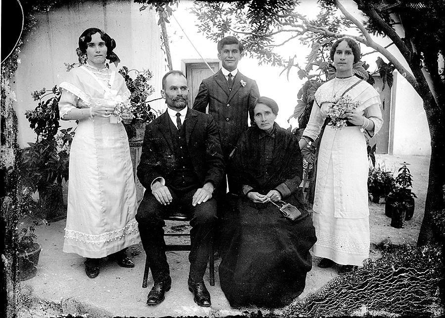 Familia con buenas vestimentas