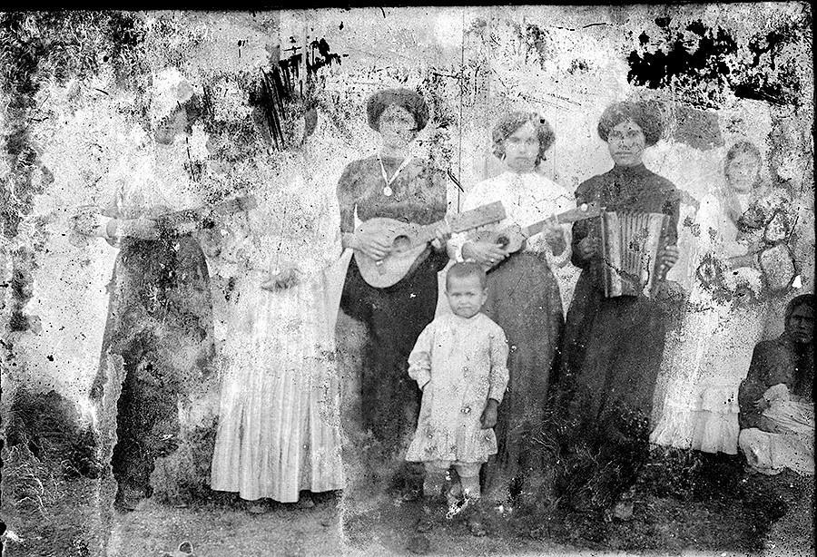 Mujeres con instrumentos
