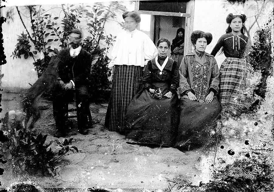 Jacinto Alonso y varias mujeres