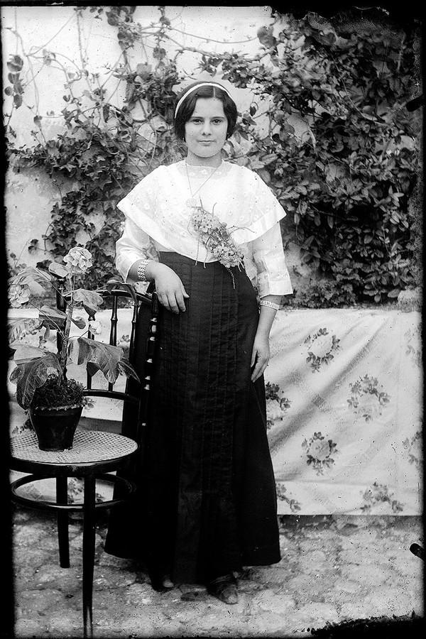 Mujer con brazalete
