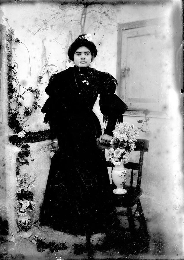 Mujer con jarrón