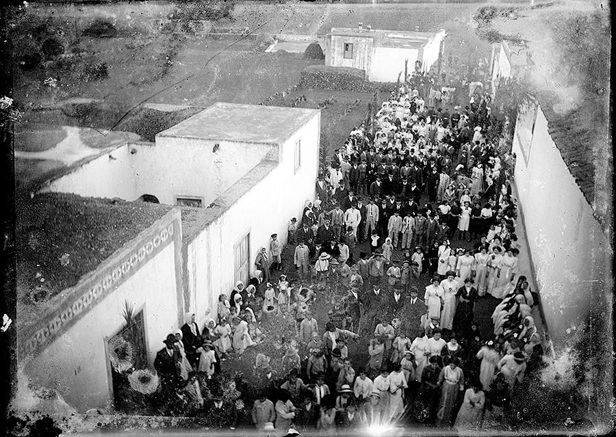 Reunión a la salida de misa en Máguez