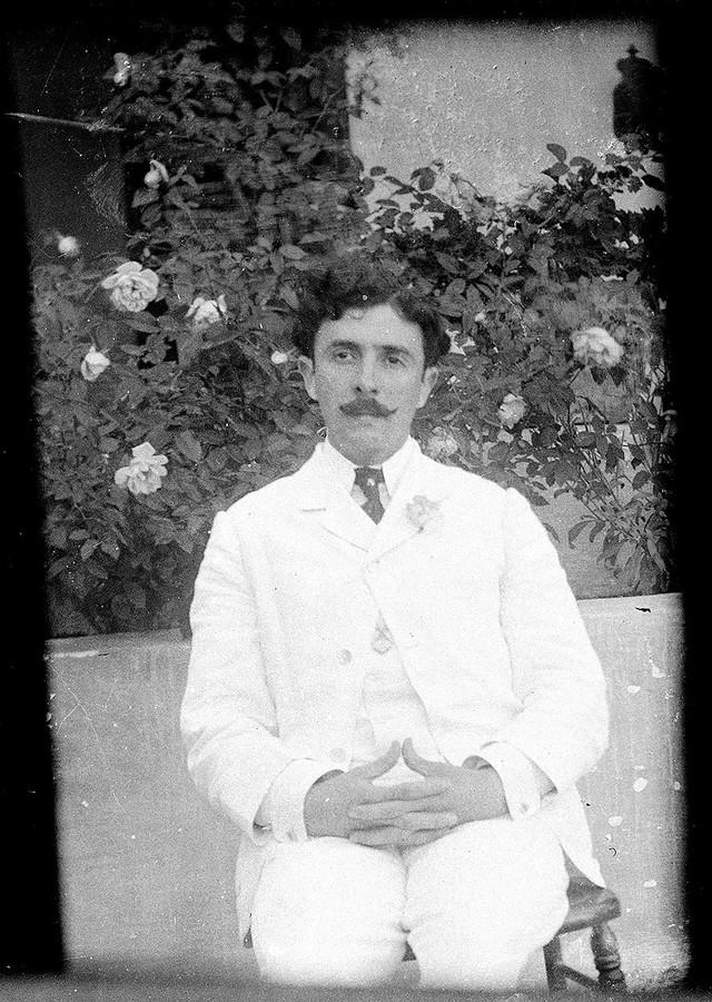 Hombre con traje blanco