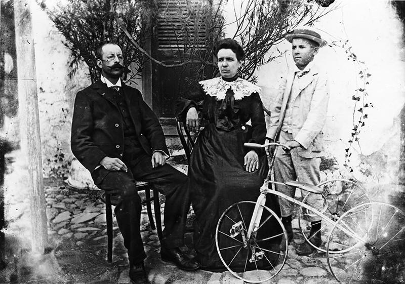 Familia con triciclo