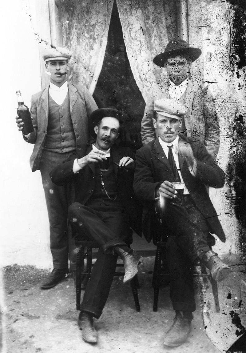 Hombres bebiendo I
