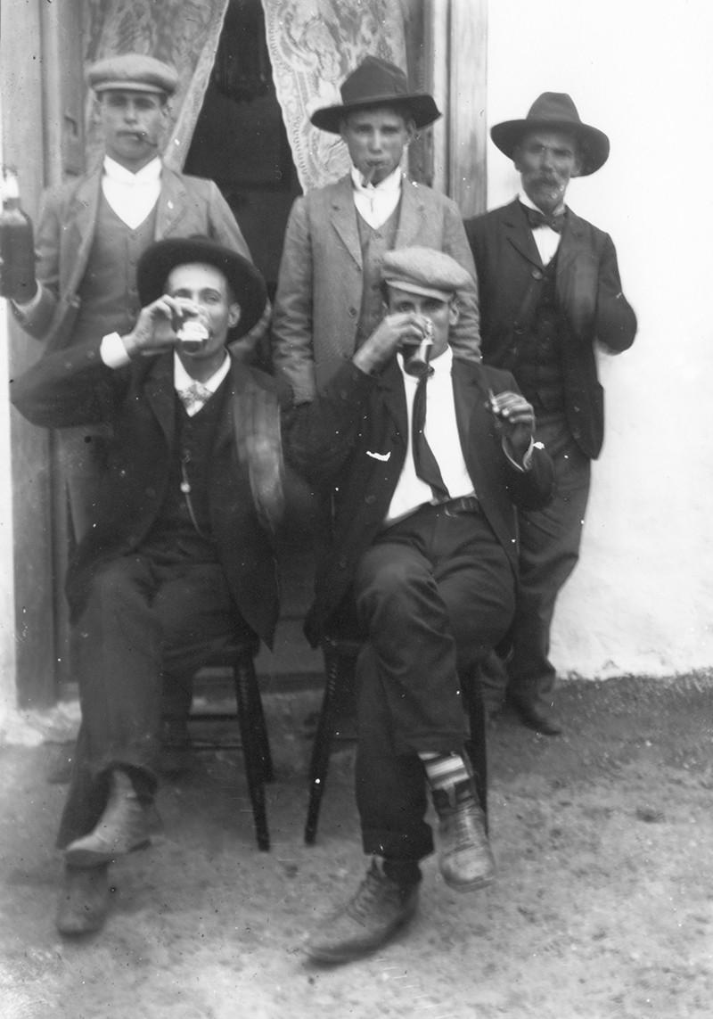 Hombres bebiendo II