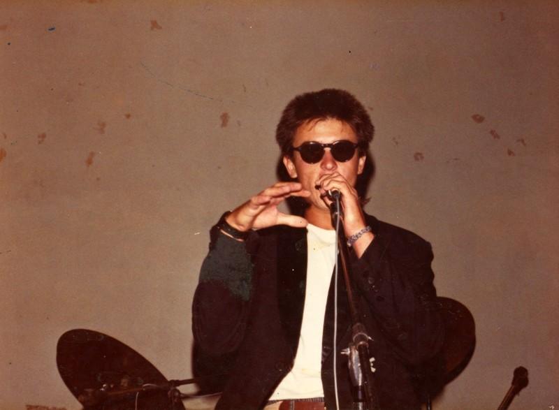 Maxi Ferrer cantando con Maraballas Band