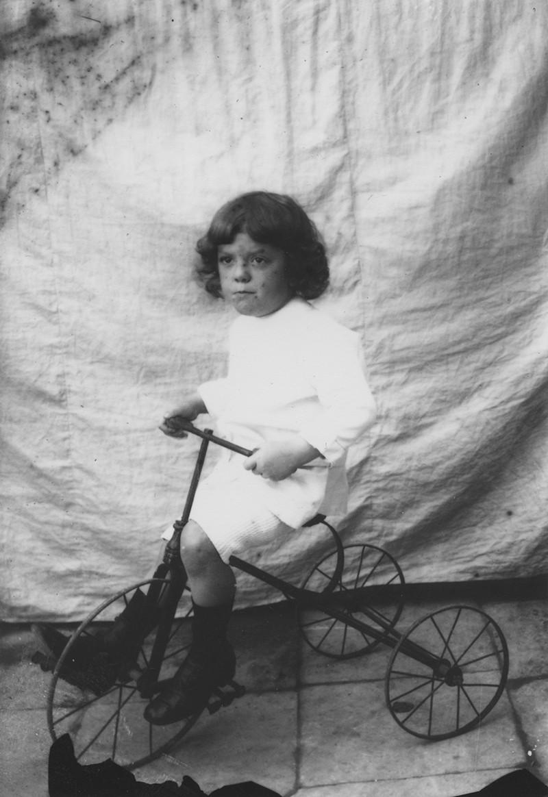 Niña con triciclo