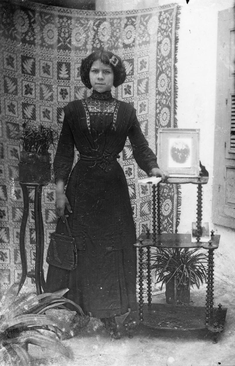 Mujer con mobiliario