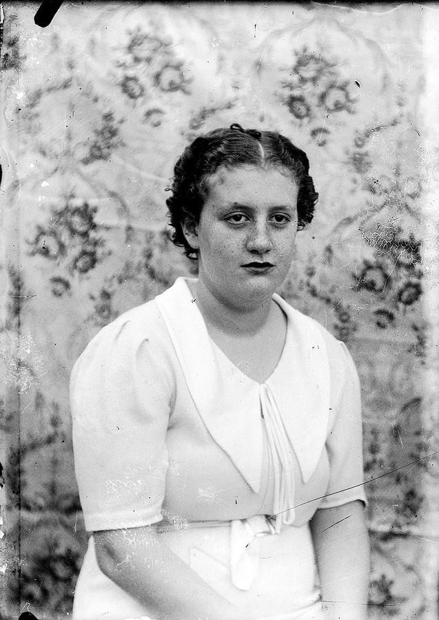 Mujer con traje blanco