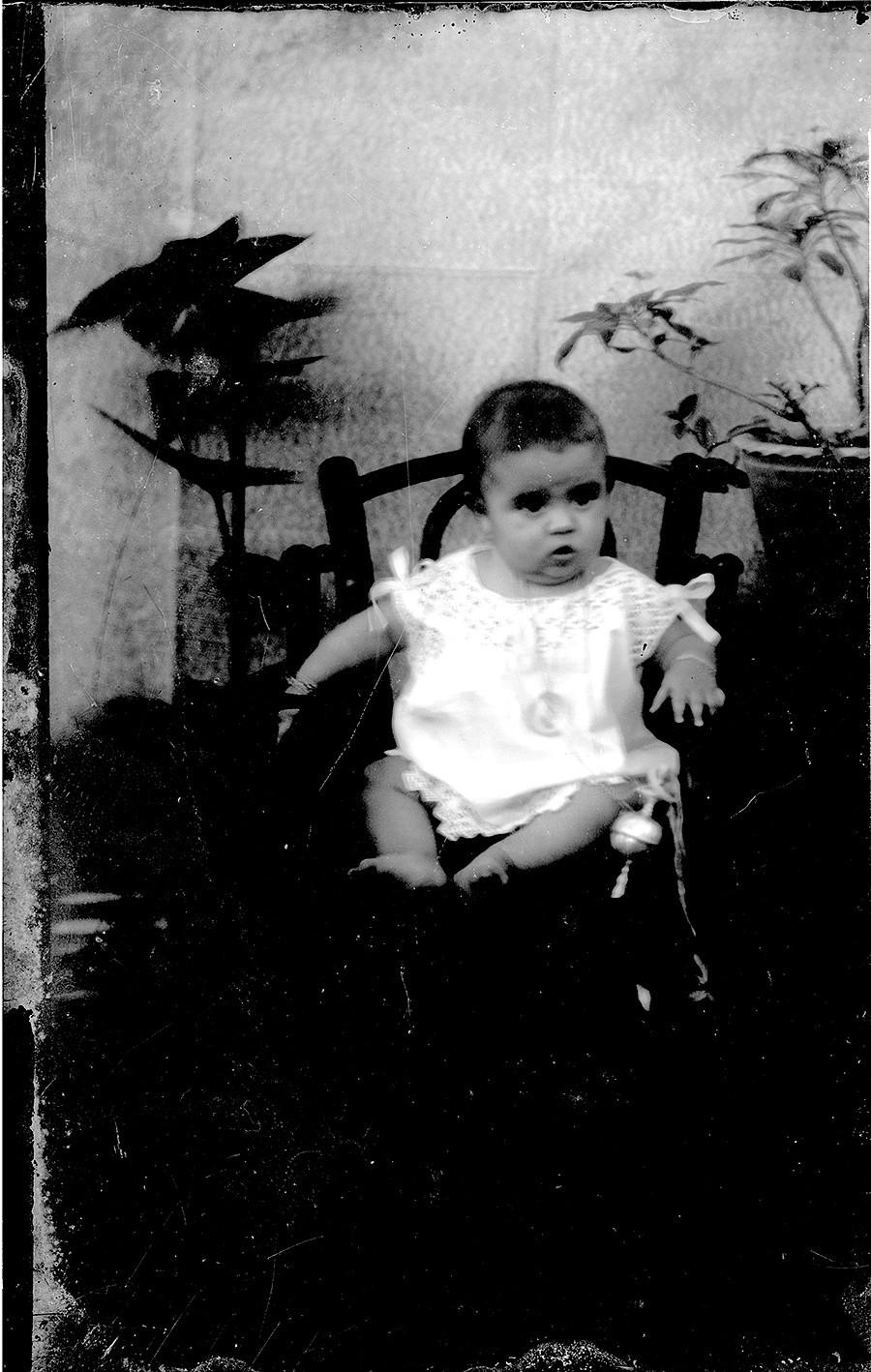Bebé con sonajero