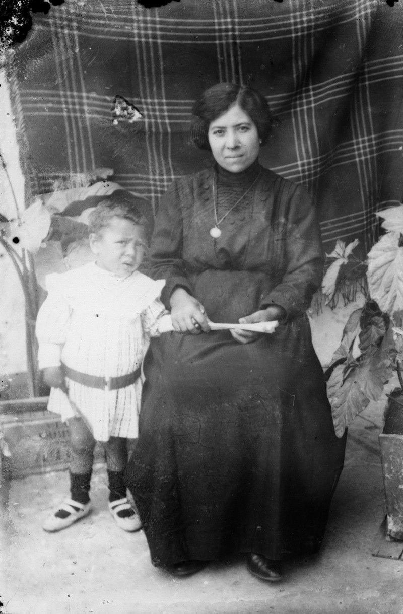 Madre e hija con colcha