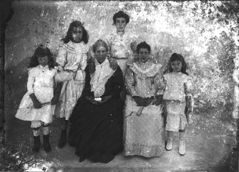 Grupo de mujeres y niñas
