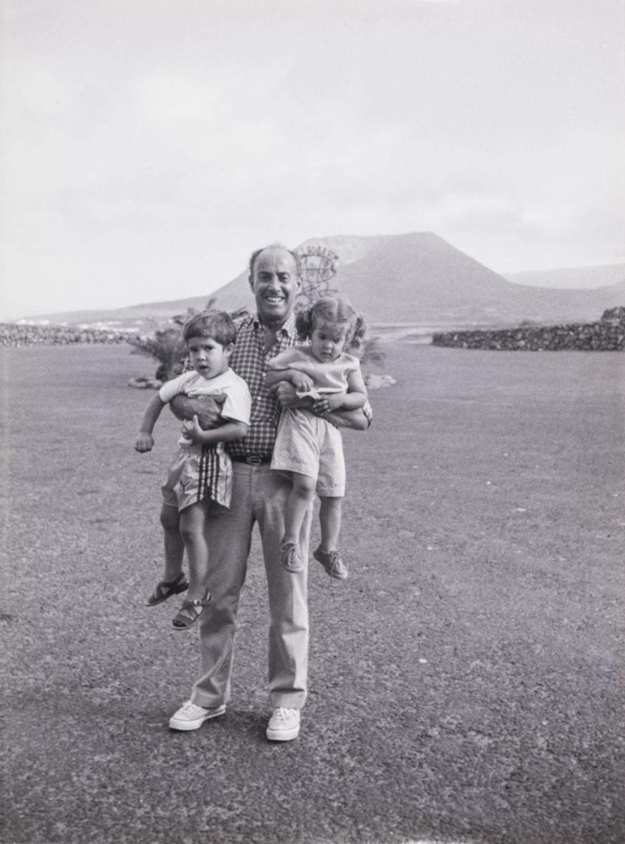 César Manrique con niños