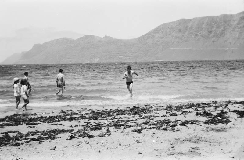 Bañistas en Famara