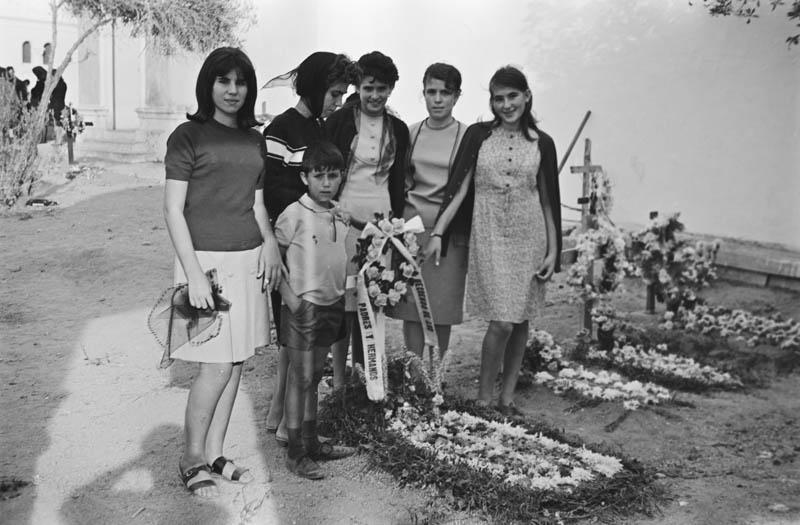 En el cementerio V