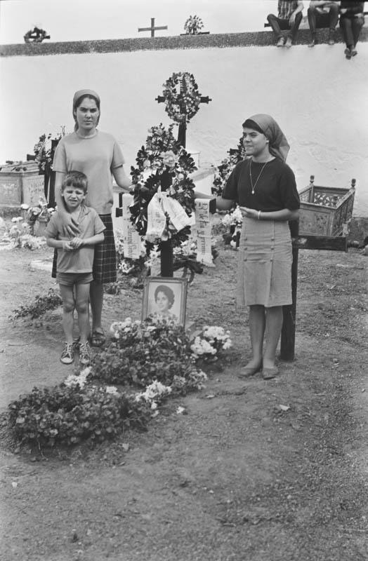 En el cementerio VII