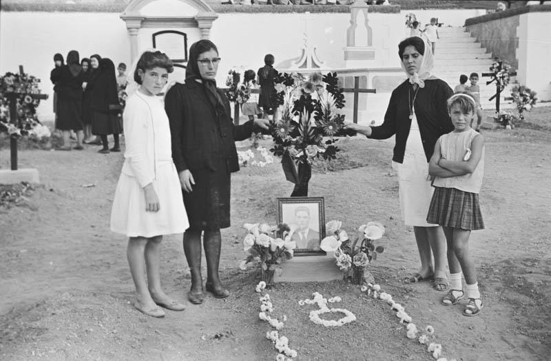 En el cementerio VIII