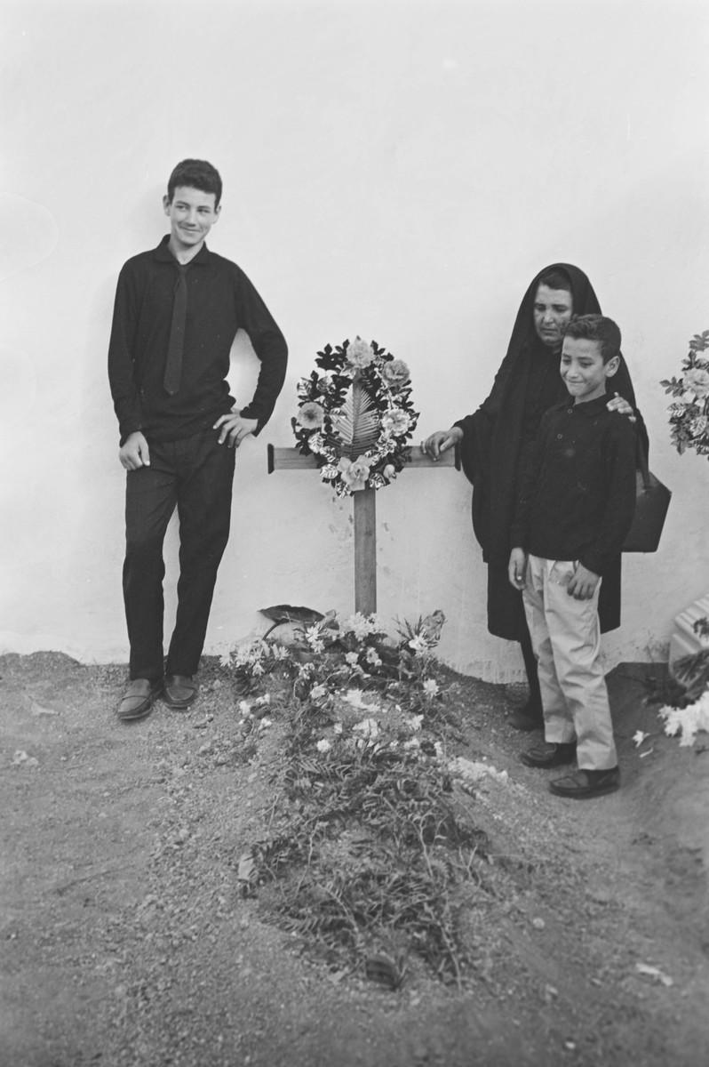 En el cementerio X