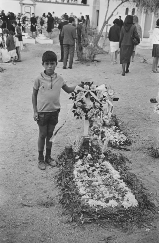 En el cementerio XII