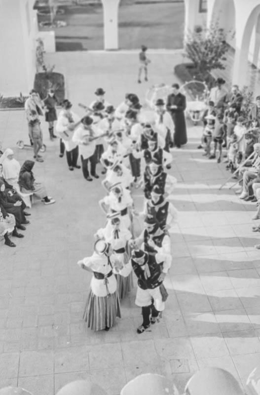 Agrupación folclórica en el Hospital Insular I