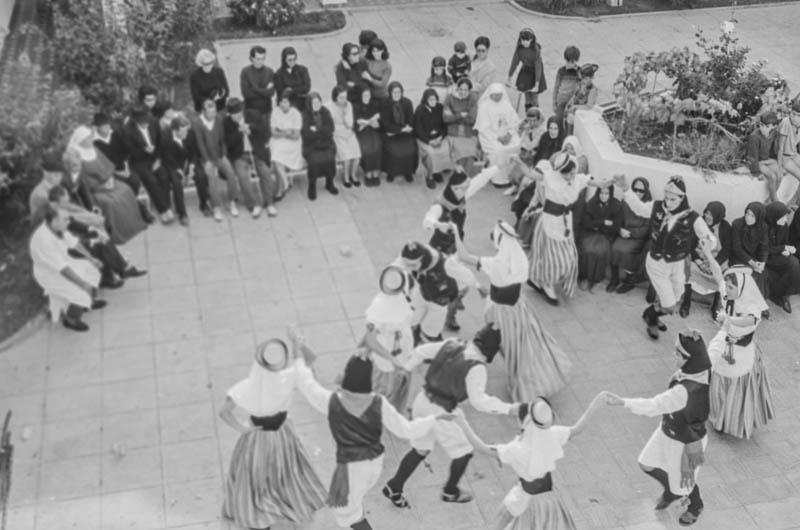 Agrupación folclórica en el Hospital Insular III